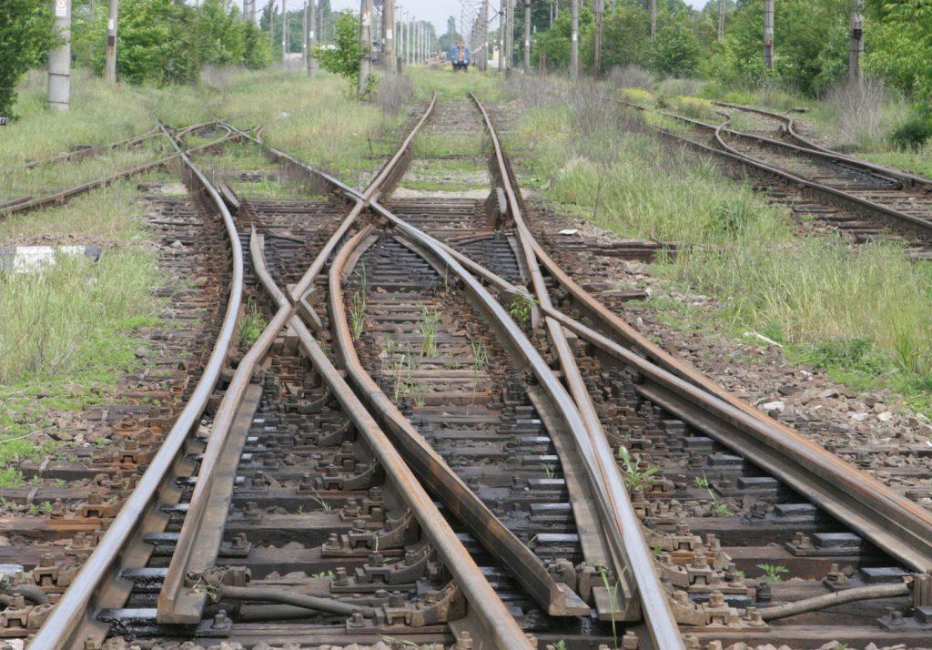 CFR SA casează și scoate la vânzare instalații feroviare vechi, șine, podețe și un info-chioșc vandalizat
